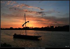 Coucher de soleil sur la Loire (HimalAnda) Tags: sunset river boat bateau loire amboise coucherdesoleil fleuve eos400d canoneos400d stphanebon