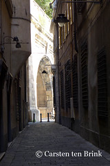 Light finds its way - Genoa alley (10b travelling) Tags: italien light italy architecture europa europe italia liguria genoa genova shade italie alleys 2016 genovese tenbrink carstentenbrink iptcbasic 10btravelling