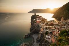 La mia ultima luce d'oro a Vernazza (Mirko Chessari) Tags: sunset italy seascape village liguria it cinqueterre vernazza goldenhour