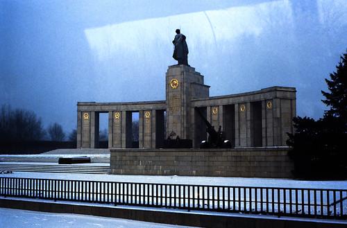 "19 Berlin-Klassenfahrt 1979:Sowjetisches Ehrenmal (Tiergarten) • <a style=""font-size:0.8em;"" href=""http://www.flickr.com/photos/69570948@N04/18285404596/"" target=""_blank"">View on Flickr</a>"
