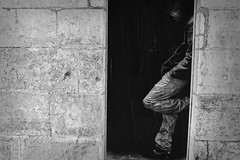 Trompe-l'oeil (J.Martin14) Tags: street art noir ombre rue et blanc dissimulation