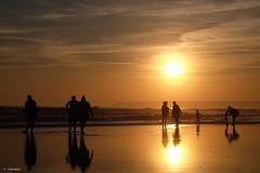 Ein wunderbarer Tag am Strand (H. Eisenreich) Tags: eisenreich hans fujifilm xt1 silhouettes costadelaluz reflection spain beach familie spanien strand leute silhouette family sonnenuntergang sunset familia people sun menschen zaharadelosatunes spiegelung sonne