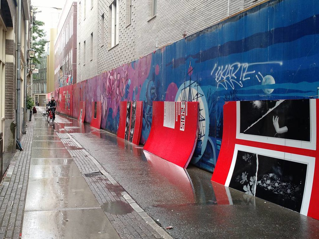 Bye bye, red photo wall along De Nes. #amsterdam #unseenphotofair #brakkegrond #tiff #fomu