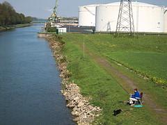Einsamer Angler am Kanal