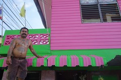 proud of his house painting (the foreign photographer - ) Tags: pink house man green thailand bangkok sony painter lard mustache bang bua tattooed khlong bangkhen rx100 phrao dscmay72016sony