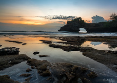 Pura Batu Bolong Sunset (Leslie Hui) Tags: sunset bali cliff seascape reflection indonesia tanahlot purabatubolong