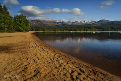 Loch Morlich, Schottland (Claudia Bacher Photography) Tags: park mountain lake nature water clouds forest landscape see wasser heaven outdoor natur himmel wolken berge national landschaft wald schottland sandybeach cairngorms lochmorlich sandstrand sonya7r
