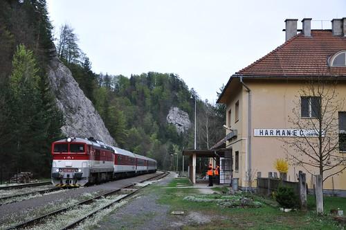 ZSSK 757 007 met sneltrein, Harmanec Jaskyna, 30-04-2015