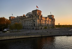 Der Reichstag in Berlin (damianschaerer) Tags: berlin abend warm sonnenuntergang urlaub regierung berlinmitte