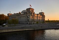 Der Reichstag in Berlin (damianschaerer) Tags: berlin abend warm sonnenuntergang urlaub regierung berlinmitte