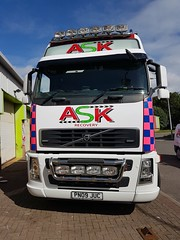 Volvo FH13 At The Sign Writer 2 (JAMES2039) Tags: pn09juc volvo tow towtruck truck lorry wrecker heavy underlift heavyunderlift 6wheeler cardiff rescue breakdown ask askrecovery recovery fh13