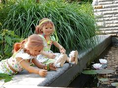 Seerosenkinder ... da ist der Frosch ... (Kindergartenkinder) Tags: dolls himstedt annette ilce6000 sony essen park gruga kindergartenkinder blumenbeet pflanze blume garten tivi annemoni outdoor seerosen