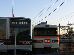 (Yorozuna / ) Tags: japan train evening twilight railway saitama  railyard deadhead overheadwire  kasukabe           toburailway   deadheadtrain tobuisesakiline      kitakasukabestation  aerialwiring