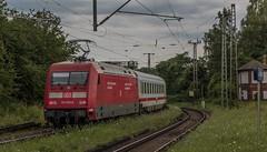 2545_2016_07_12_Baunatal_Guntershausen_DB_101_028_vor_Steuerwagen_&_IC_2155_Halle_(Saale)_&_101_020_berholen_RBK_701_0852_701_Hans_im_Glck_Be (ruhrpott.sprinter) Tags: ruhrpott sprinter deutschland germany nrw ruhrgebiet gelsenkirchen lokomotive locomotives eisenbahn railroad zug train rail reisezug passenger gter cargo freight fret diesel ellok hessen inselbahnhof guntershausen boxxboxxpress db cantuscan hebhlbahn hhla mrcedispo rbk rpool sbbc 0452 101 114 145 146 152 185 193 427 428 429 482 946 kurhessenbahn ic re outdoor logo graffiti natur wolken gterwaggon gterwagen