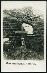 """Archiv G445 WWI, """"Grab eines belgischen Mdchens"""", 1914 (Hans-Michael Tappen) Tags: archivhansmichaeltappen tod kriegsfolge grab beerdigt grabmal grabkreuz holzkreuz ruine wwi ersterweltkrieg 1914 1910er 1910s"""