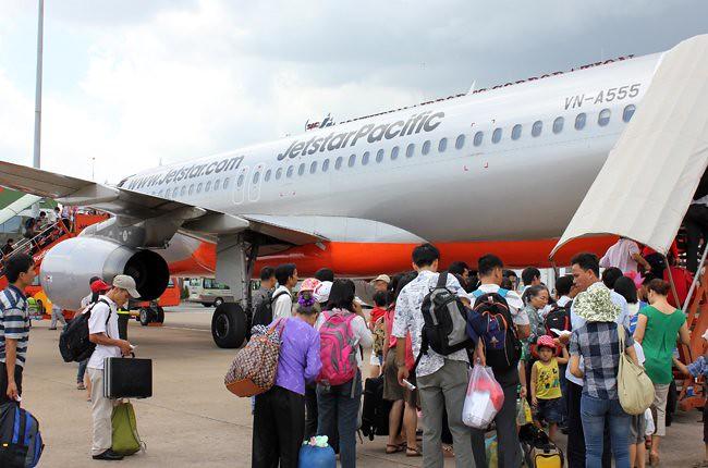 3(Hành khách chen chút nhau trên máy bay)