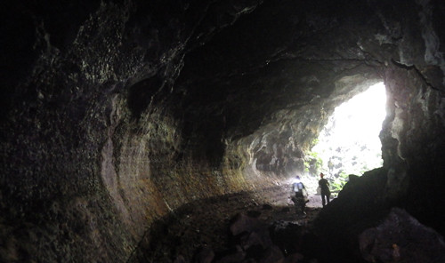 Dấu vết về mức dòng dung nham còn lưu lại trên thành hang C7