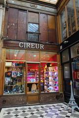 Cireur (StephanExposE) Tags: galerie passage paris iledefrance france canon 600d 1635mm 1635mmf28liiusm boutique shop rue street ruelle stephanexpose