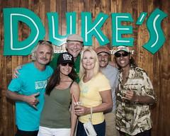Party Down at Duke's Barefoot Bar (Oliver Leveritt) Tags: nikond7100 afsdxvrnikkor18200mmf3556gifed oliverleverittphotography hawaii oahu sb800 flash speedlight abetterbouncecard dukesbarefottbar dukes waikiki waikikibeach people portrait