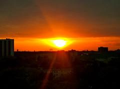 wieder geht die Sonne unter (radochla.wolfgang) Tags: sonnenuntergang wolken gropiusstadt