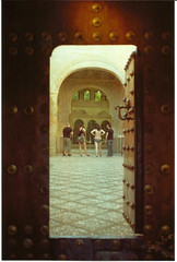 Gran en analgico (VicDobleeme) Tags: door espaa architecture analog spain arquitectura puerta cosina andalucia arabic alhambra granada arabe grenade analogphotography alandalus analogico alhambrapalace fotografiaanalogica