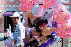 Balloon Man (Sarperdong) Tags: pink balloons hongkong disneyland lantauisland fujifilmph