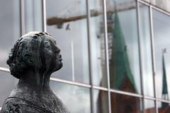 Die Lauschende (10) (Rdiger Stehn) Tags: kiel 2016 europa kunst statue skulptur mitteleuropa deutschland germany norddeutschland schleswigholstein innenstadt stadtmitte bauwerk stadt profankunst kunstwerk bronzestatue plastik bronze gustavseitz kielerschlos lauschende konzertsaal profanbau gebude 2000er schloss canoneos550d spiegelung reflection