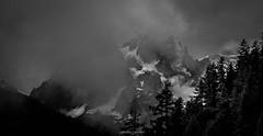 Menace Orageuse sur les Cimes (Frdric Fossard) Tags: paysage montagne nature panorama fort sapin valle glacier ciel nuage brume alpes hautesavoie massifdumontblanc valledechamonix lesgrandscharmoz blaitire aiguilleduplan france atmosphre ombre lumire noiretblanc