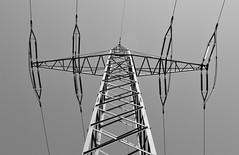 Stromtransport 1 (Lichtabfall) Tags: blackandwhite monochrome blackwhite electricity schwarzweiss strom elektrizitt strommast hochspannungsmast einfarbig stromtrasse
