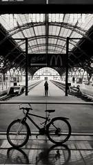 Fotografin (Chris Grabert) Tags: bw leipzig hbf fahrrad fotografin schwarzweis