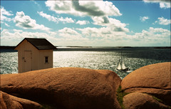 (*Kicki*) Tags: sommarnje vstkusten sweden stngehuvud sail sailingboat sailboat boat rocks house sky horizon clouds lysekil fs160828 sommarnoje fotosondag bohusln westcoast summer 50mm backlight