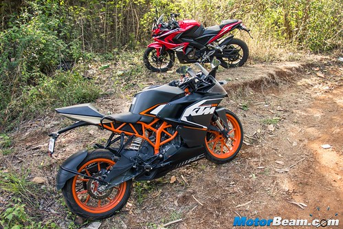 Pulsar-RS-200-vs-KTM-RC-200-09