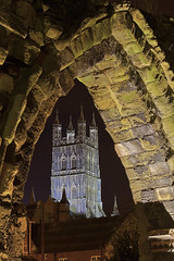 Spiando la cattedrale / Spying the cathedral (Gloucester Cathedral, Gloucesterhire, United Kingdom) (AndreaPucci) Tags: night arch cathedral harrypotter gloucestershire gloucester canoneos60 stoswaldspriory andreapucci