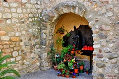 Macetas para la Virgen. (Howard P. Kepa) Tags: barcelona flores velas arco catalua macetas ripollet tiestos iglesiadesanesteban virgendemontserrat