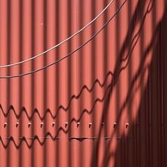 Persona #17 [Charles Baudelaire] Enivrez-vous... (TheManWhoPlantedTrees) Tags: tmwpt nikond3100 lines shadows sombra ondas metal quadratum waves comprimentodeonda wavelength lespetitspoèmesenprose baudelaire enivrezvous vin bsquarecontest
