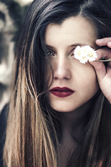 u n t i t l e d (Fräulein Maximiliane) Tags: travel red portrait people art daisies canon germany photography europe pretty roadtrip wanderlust daisy redlips portraitphotography womand hereyes