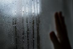 Ho dimenticato di spegnere la luce dall'altra parte (Particelle elementari) Tags: window drops hand finestra mano conceptual pioggia luce gocce barriera divisione
