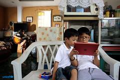 due bambini navigano in internet con l'Ipad (unicefitalia) Tags: internet protezione filippine adolescenti cyberbullismo sfruttamentosessuale