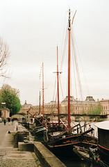 Floating houses (sechsterangriff) Tags: travel paris france color film seine sailboat analog river boat ledefrance spotmatic manual oldcamera asahipentax smctakumar11450