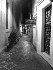 Siracusa_230_1718 (Dubliner_900) Tags: bw monochrome nightshot olympus sicily sicilia siracusa biancoenero ortigia notturno siracuse micro43 handshold mzuikodigital17mm118 omdem5markii