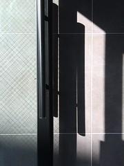 곧은것과 어긋난것(straight and cadywampus) (kimjuyoung656) Tags: door shadow glass wall pattern korea iphone 한국 문 그림자 벽 유리 아이폰 무늬