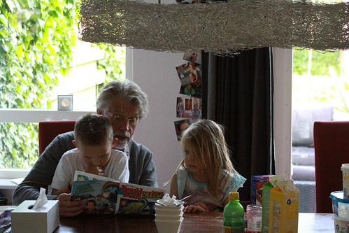 Lezen met opa.  Albert en Truus zijn op bezoek.