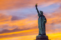 New York (regis.muno) Tags: newyork usa nikond7000 sunset coucherdesoleil hudsonriver statuedelaliberte ladyliberty newjersey jerseycity manhattan cruise orange blue purple mauve yellow pink