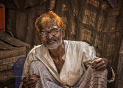 RAMNAGAR : UN BON CHAI (pierre.arnoldi) Tags: india varanasi chai inde photoderue ramnagar portraitdhomme photodevoyage photooriginale