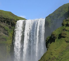 Big Small World (Alex L'aventurier,) Tags: skgafoss iceland islande waterfall chute green vert montagne mountain eau water birds oiseaux human humain scale chelle ciel sky nature grass pelouse vgtation powerful puissant scenery paysage landscape beauty beaut summer t