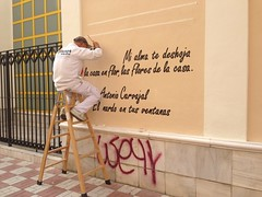 Si no puedes contra el enemigo, nete a l - If you can't beat your enemy,  join them (Micheo) Tags: spain graffiti street art streetart poema poeta poetry poet antoniocarvajal albolote