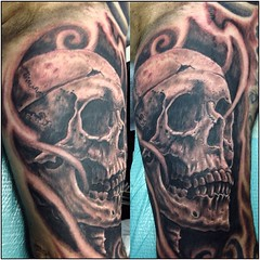 Fun skull today on my bro Adam #skull #skulltattoo #realisticskull #poochart #alteredstatetattoo @eikondevice #symbeos