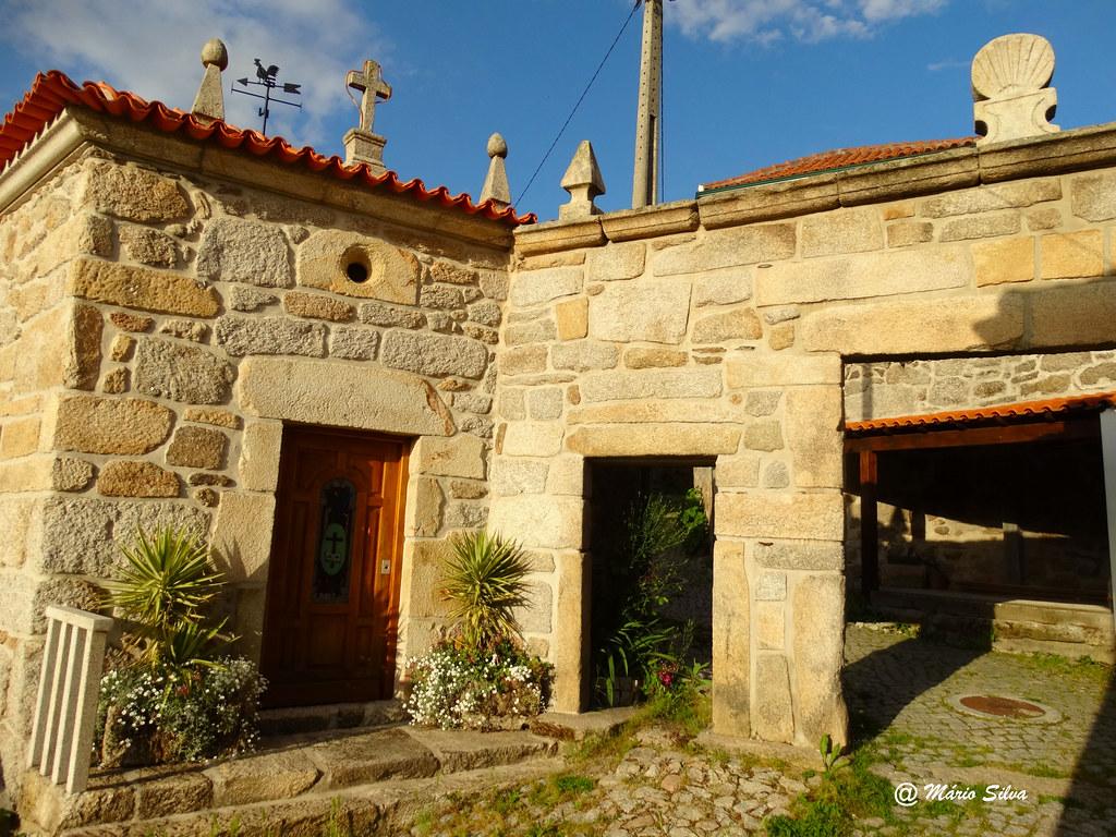 Águas Frias (Chaves) - A capela da Nª S:ª dos prezeres e o pórtico com a concha (vieira) ...