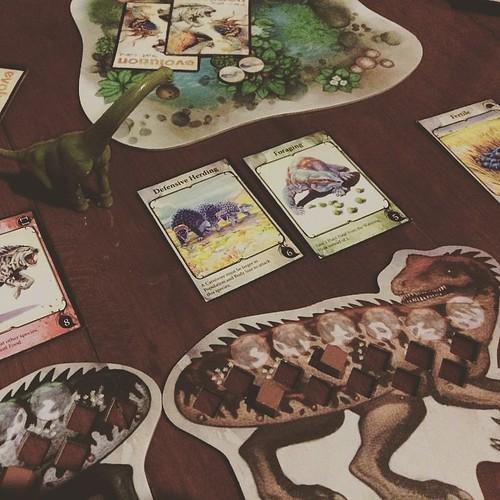 "Evolution - เกมวิวัฒนาการที่สนุกและตรงตามหลักชีววิทยาที่สุดเกมหนึ่ง วันนี้เจ้าสัตว์กินเนื้อสปีชีส์เดียวในป่าได้เจริญเติบโตอย่างสบายใจเพราะมี ""inyelligence"" ทิ้งไพ่ลบล้างความสามารถในการป้องกันตัวเองของเหยื่อได้หนึ่งอย่าง จนกระทั่งมาเจอเหยื่อที่มีความสามารถ"