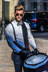 Tambores de guerra (.MiguelPU) Tags: espaa color colour luz spain boda zaragoza musica chico traje amarilla novios joven tambor celebracion